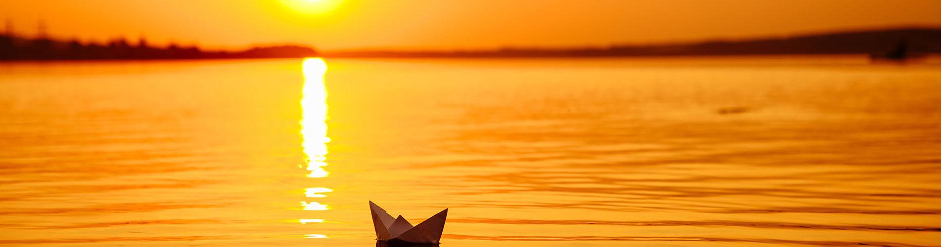 Origami Papierschiff auf Wasser